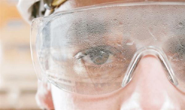 5 lý do nên đeo kính bảo hộ chống đọng hơi sương